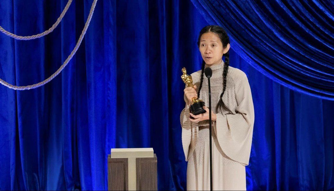 Chloe Zhao con el Oscar a Mejor Dirección por su película Nomadland
