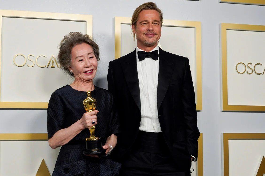 Brad Pitt posa con Yuh-Jung Youn