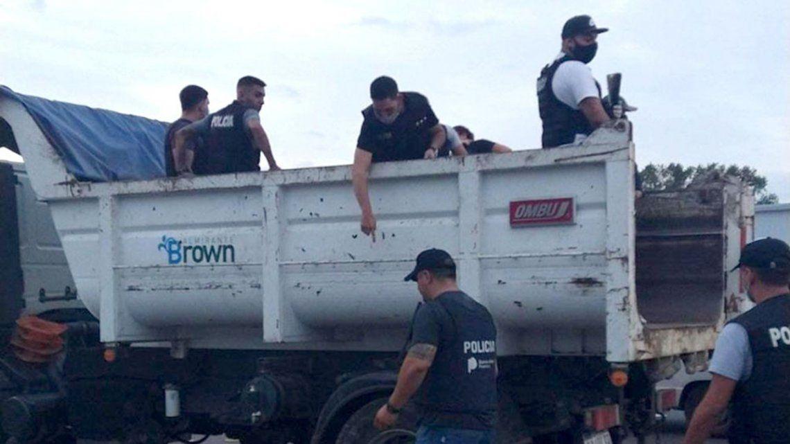 Los efectivos se escondieron en un camión de recolección de residuos municipal.