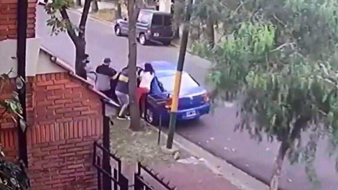 En el video se ve a la mujer y a su pequeño hijo subiendo al auto cuando son abordados por tres delincuentes armados.