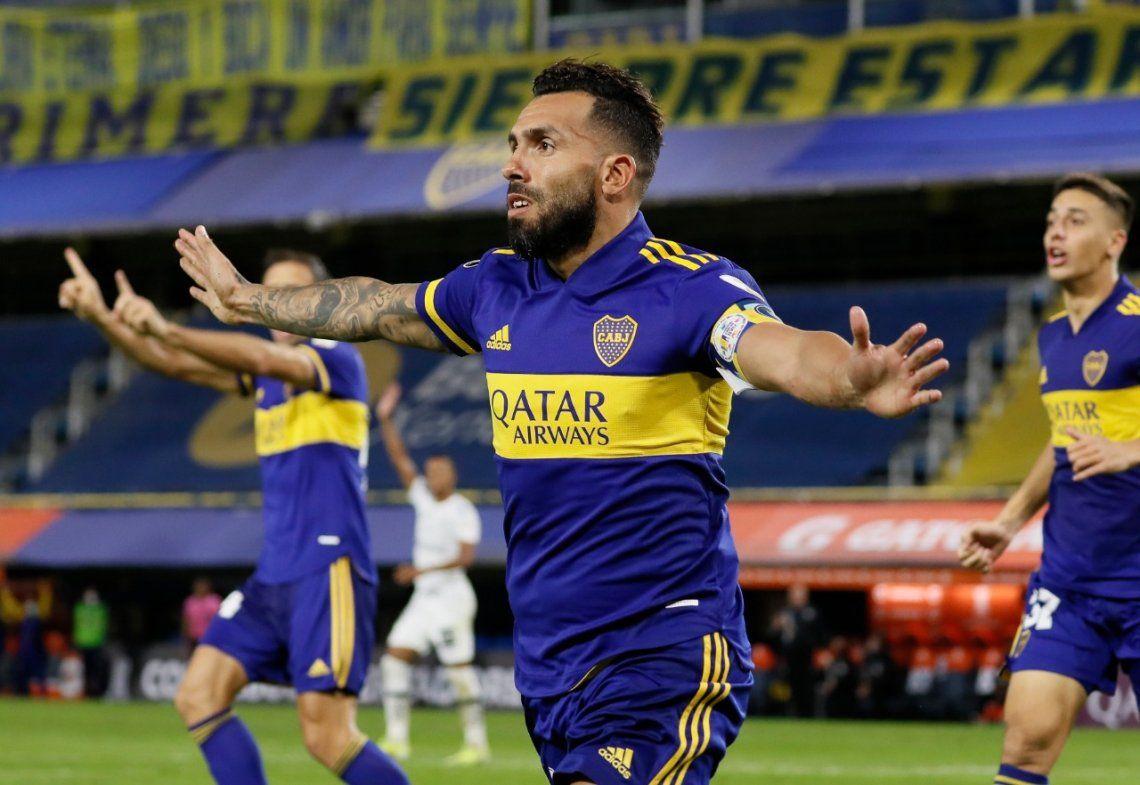 Carlos Tevez celebra el primer gol de Boca