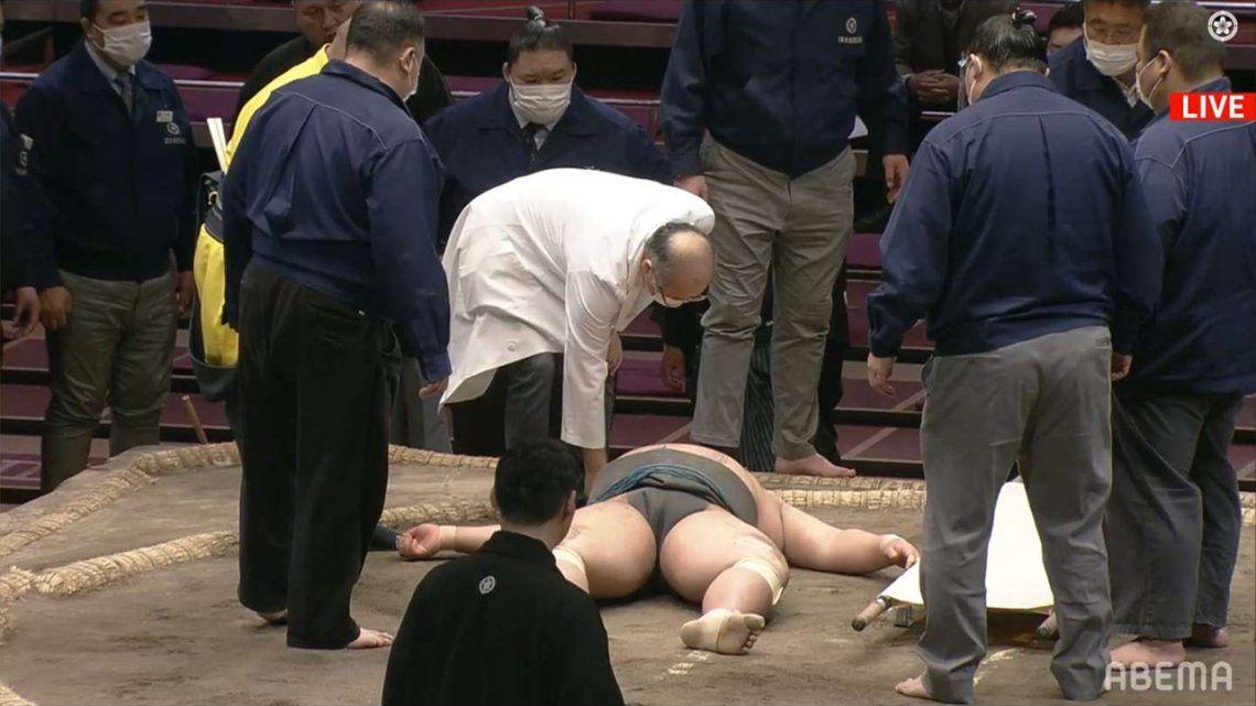Murió un luchador de sumo: se golpeó la cabeza y tardaron 6 minutos en atenderlo.