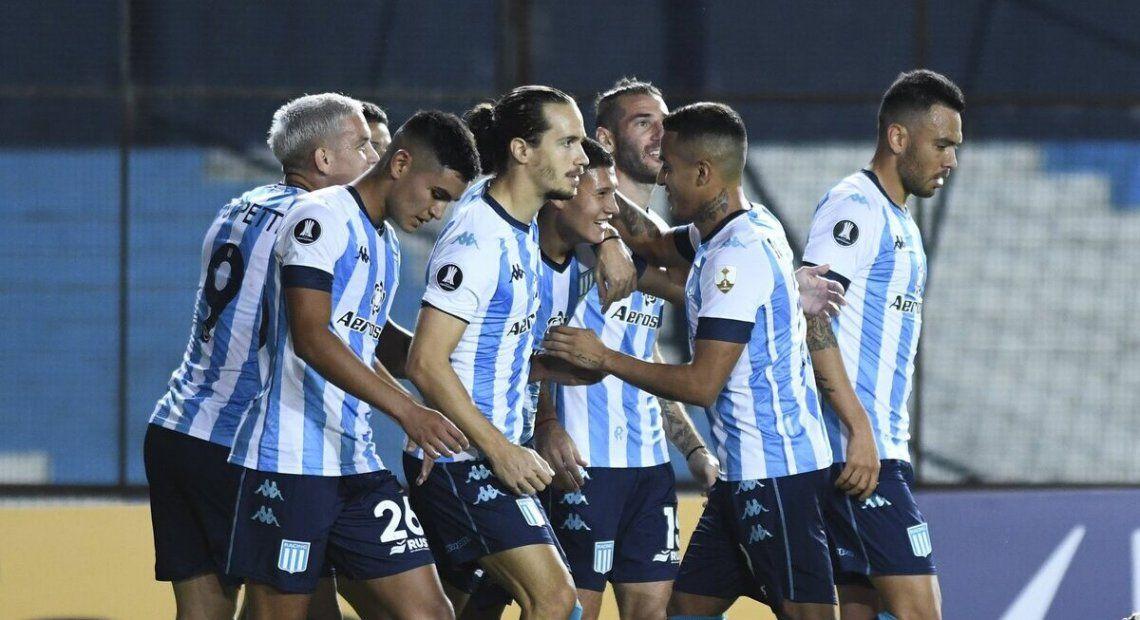 Cáceres festeja su segundo gol en Racing por la Copa Libertadores.