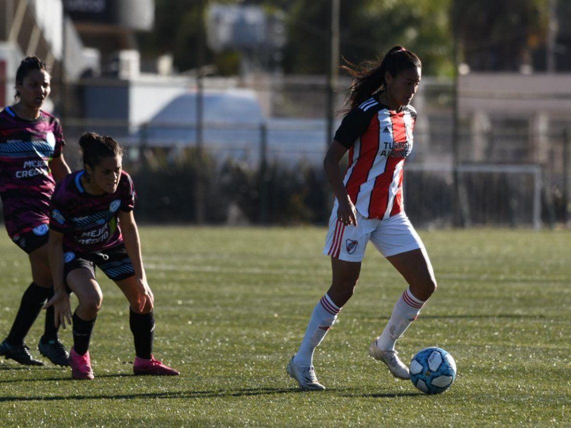 River goleó a Villa San Carlos como local y es líder de su grupo