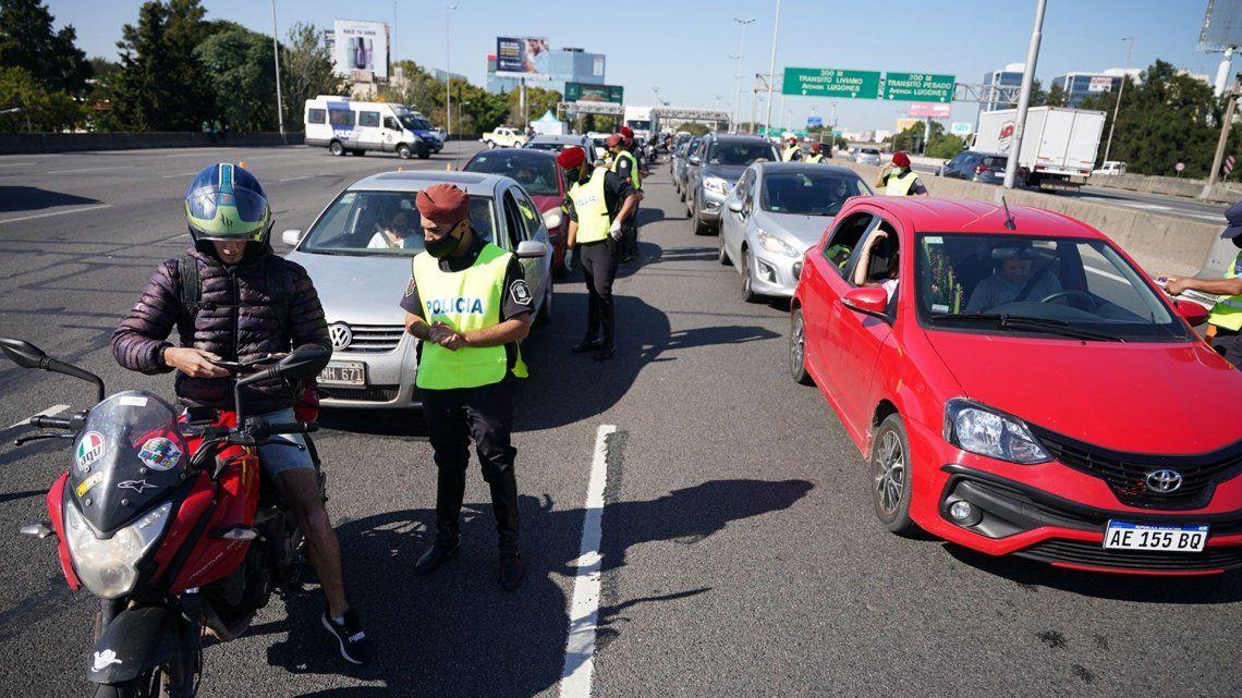Debido a los controles se formaron colas de hasta 12 kilómetros de autos.