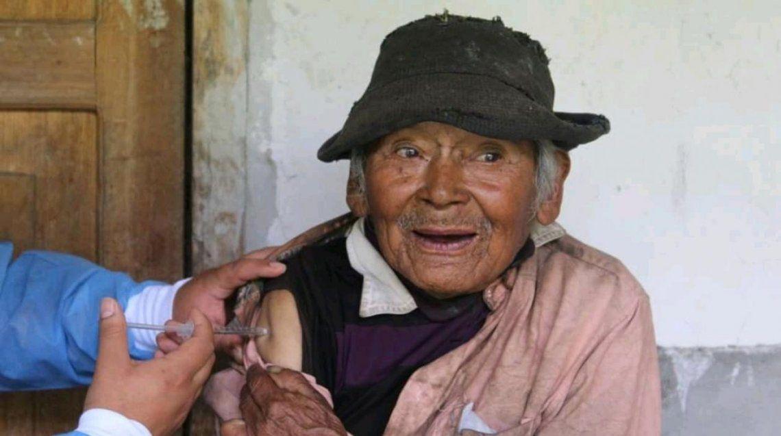 Perú: vacunan contra el Covid a un hombre de 121 años