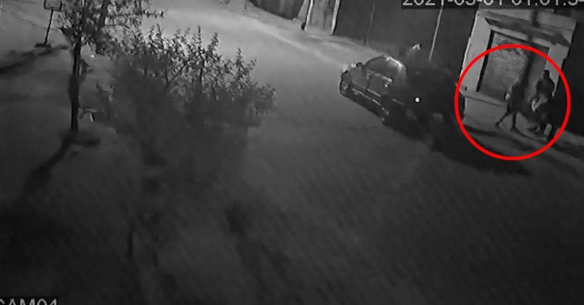 El el video se ve como el hombre es retirado por la fuerza de su casa y lo suben a un vehículo.