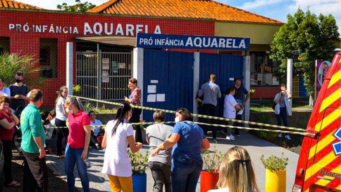 Brasil: un joven mató a cuchillazos a tres bebés y a dos mujeres en un jardín.