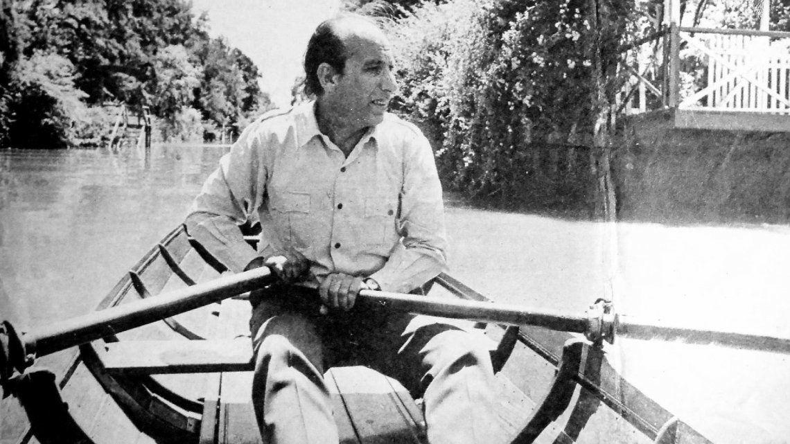 Haroldo Conti en una canoa por el Delta.