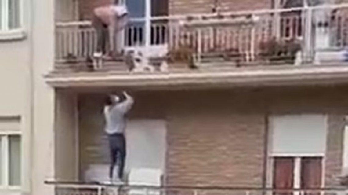 España: Escaló un edificio y rescató a una abuela a punto de caer del balcón.