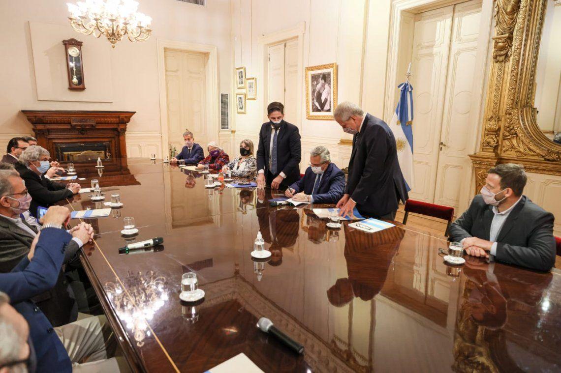 El presidente Alberto Fernández firmó el acuerdo salarial con trabajadores docentes y no docentes universitarios