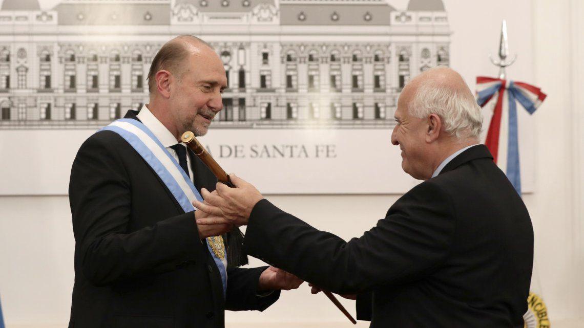 Omar Perotti recibe el bastón de mando de manos de Miguel Lifschitz.