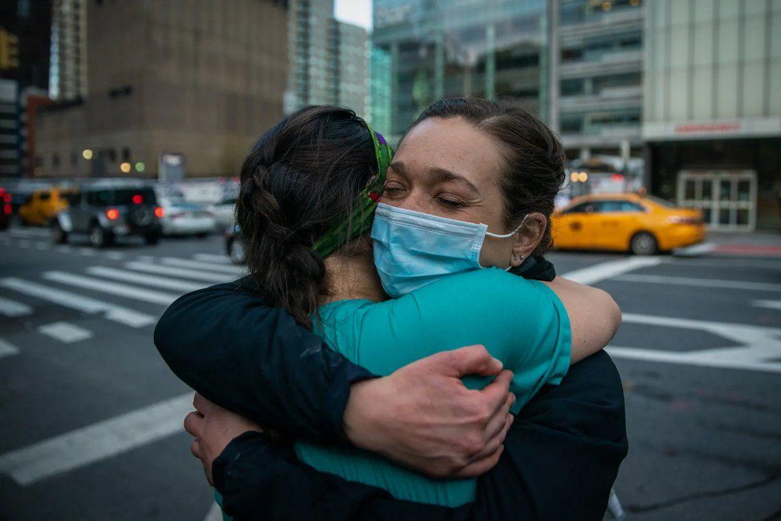 Los trabajadores médicos abrazan