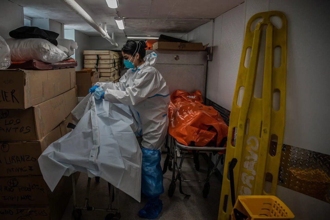 Un trabajador funerario se ocupa de las víctimas del coronavirus
