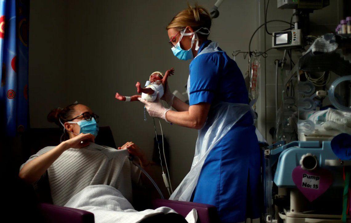 Fotógrafo de noticias del año subcampeón. La enfermera neonatal Kirsty Hartley lleva al bebé prematuro Theo Anderson a su madre