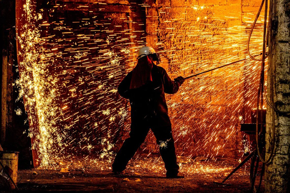Ganador del fotógrafo de negocios del año. Trabajador del horno Mark Woodington limpiando la escoria del horno en Hargreaves Foundry