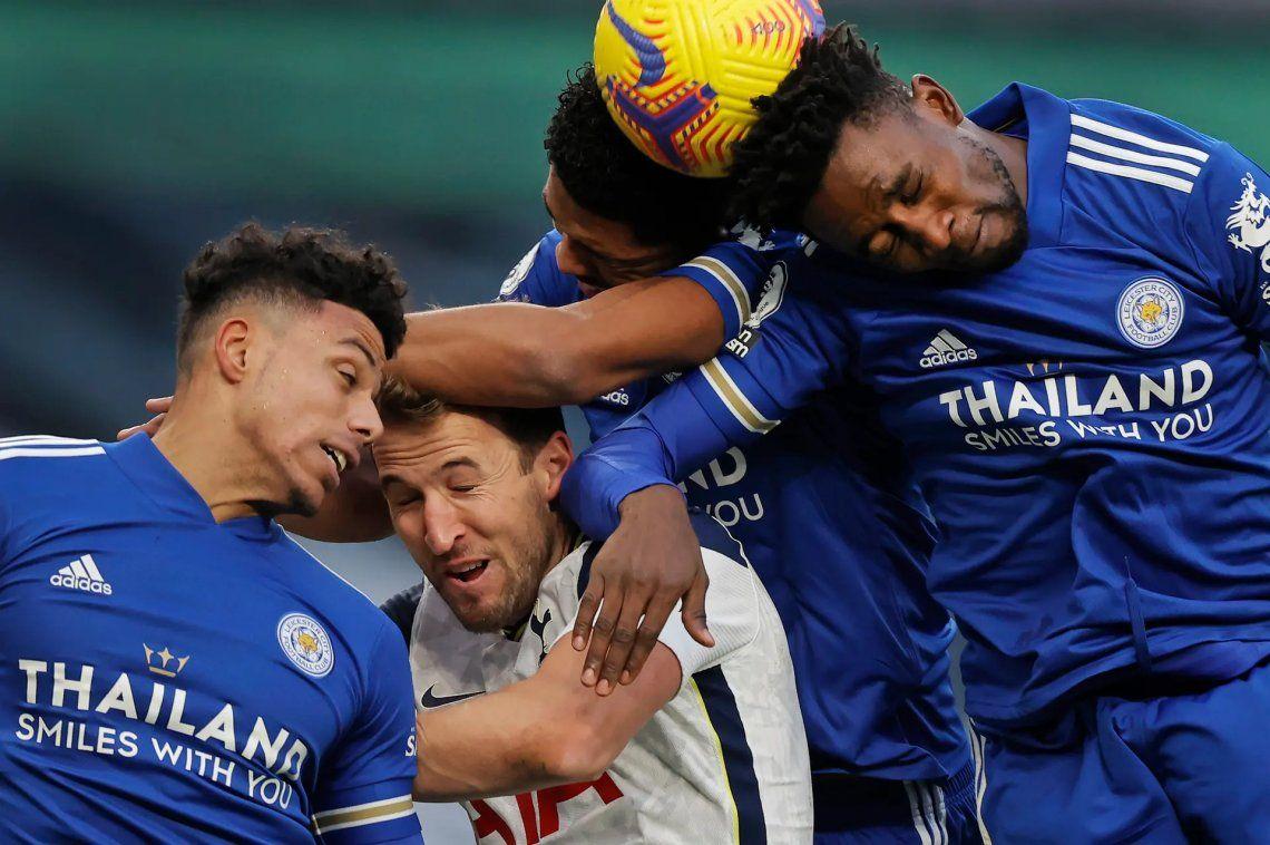 Ganador de fotógrafo deportivo del año (acción). Harry Kane del Tottenham Hotspur es desplazado por los defensas del Leicester James Justin