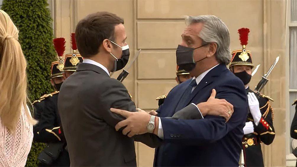 Emmanuel Macron y Alberto Fernández se saludan antes de la declaración conjunta en el Palacio del Elíseo