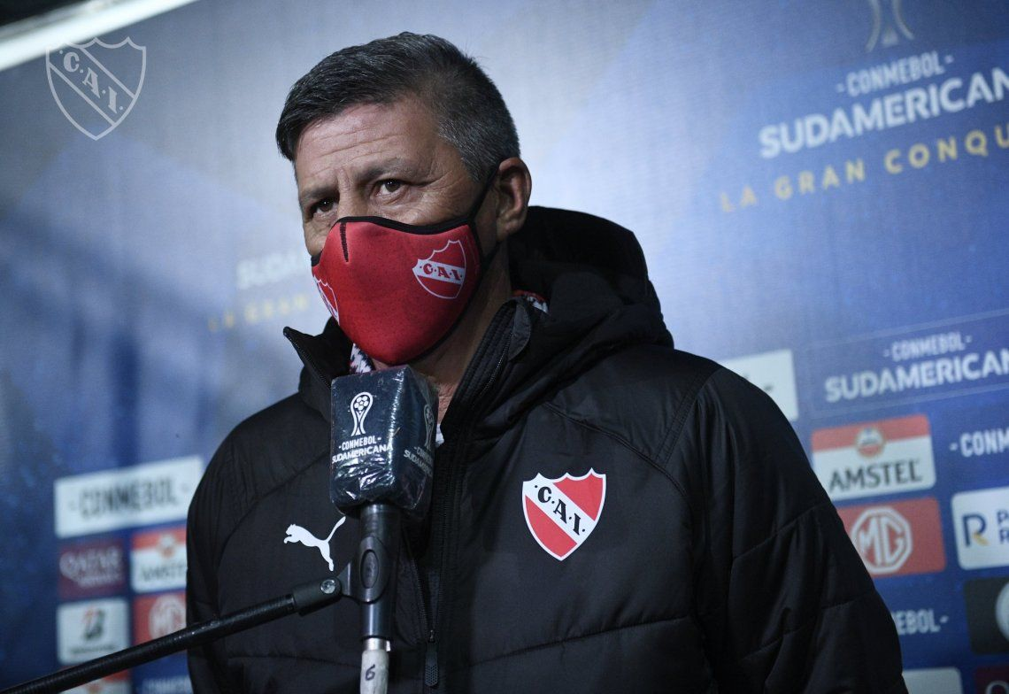 Pedro Monzón prepara al plantel de Independiente ante la ausencia de Julio César Falcioni