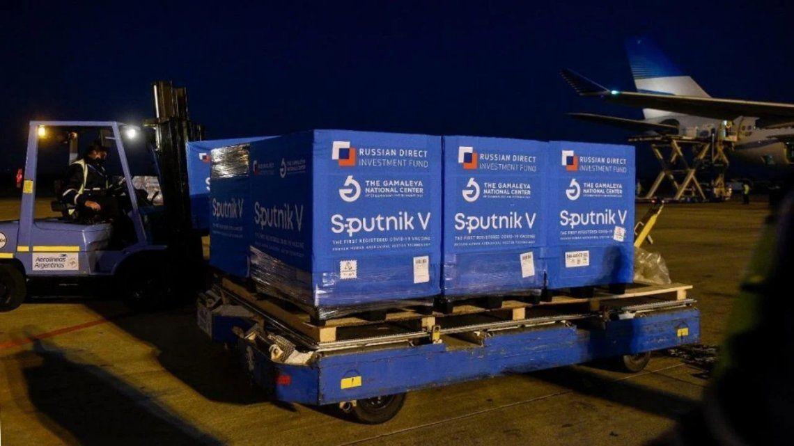 Vacunas: llegó un nuevo vuelo de Aerolíneas Argentinas con 500 mil dosis de Sputnik V