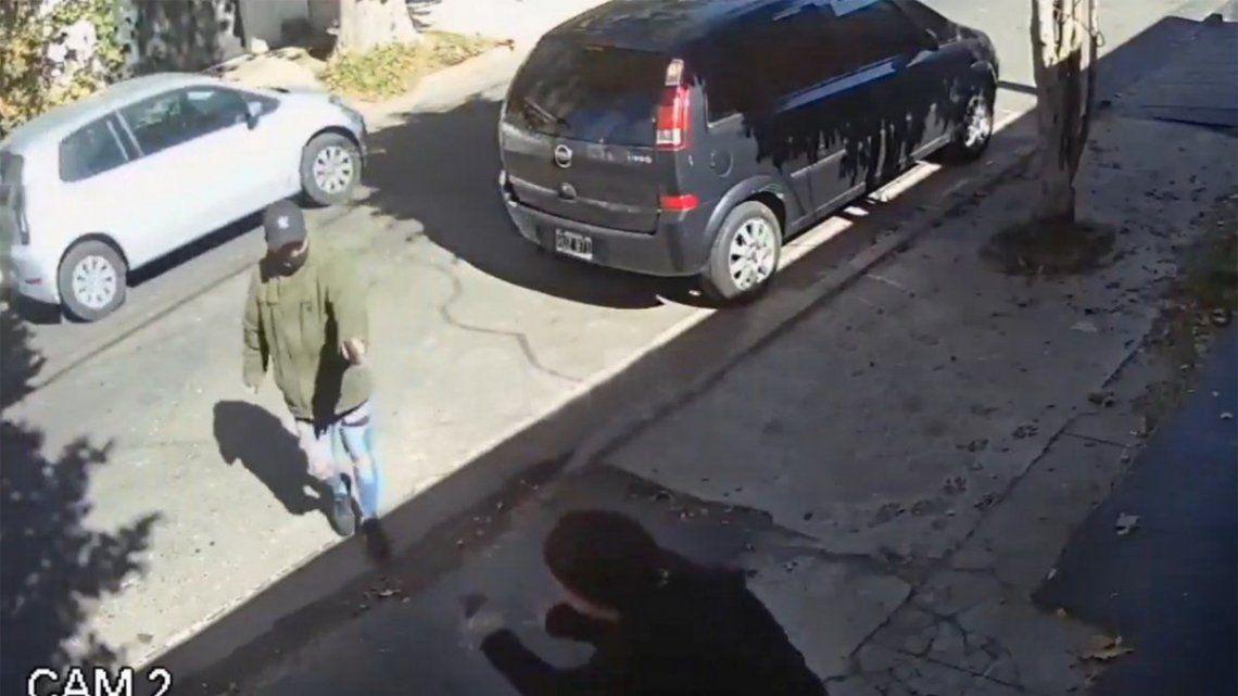 Uno de los sicarios le apunta de la cintura para abajo y efectúa entre tres y cuatro disparos.