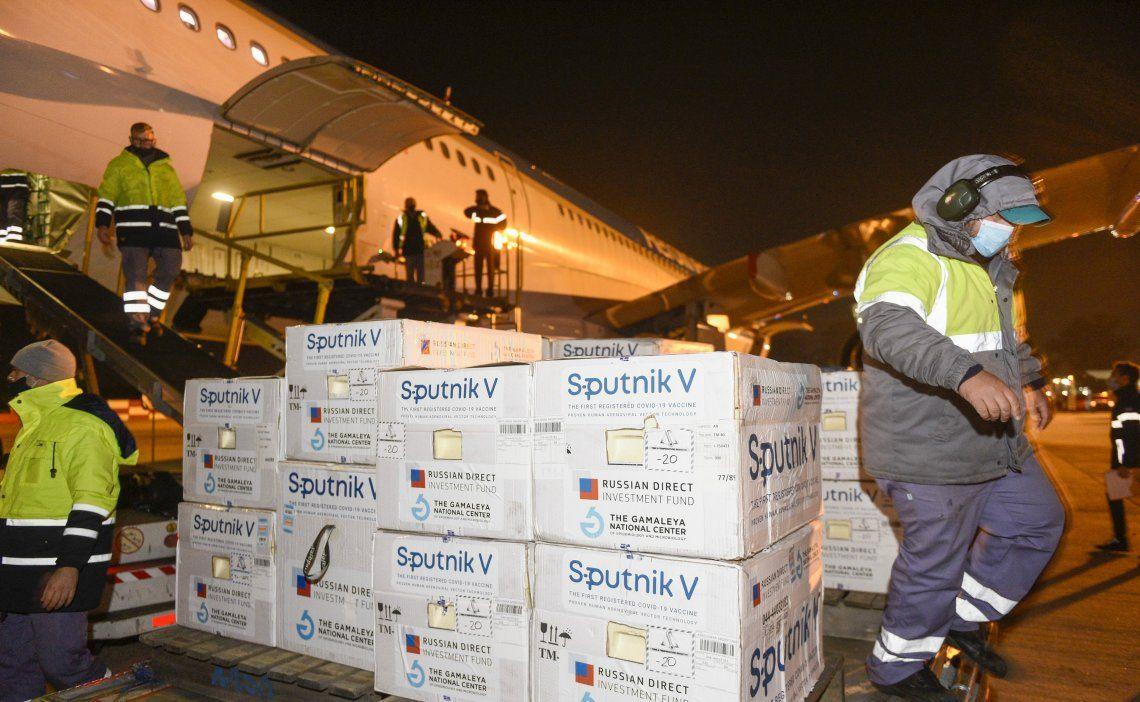 Vacuna Sputnik V: parte un vuelo a Moscú para traer más dosis de la vacuna rusa.