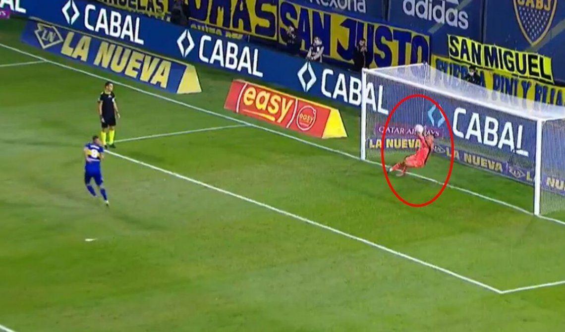 Edwin Cardona picó la pelota en el penal y el arquero Díaz lo atajó.