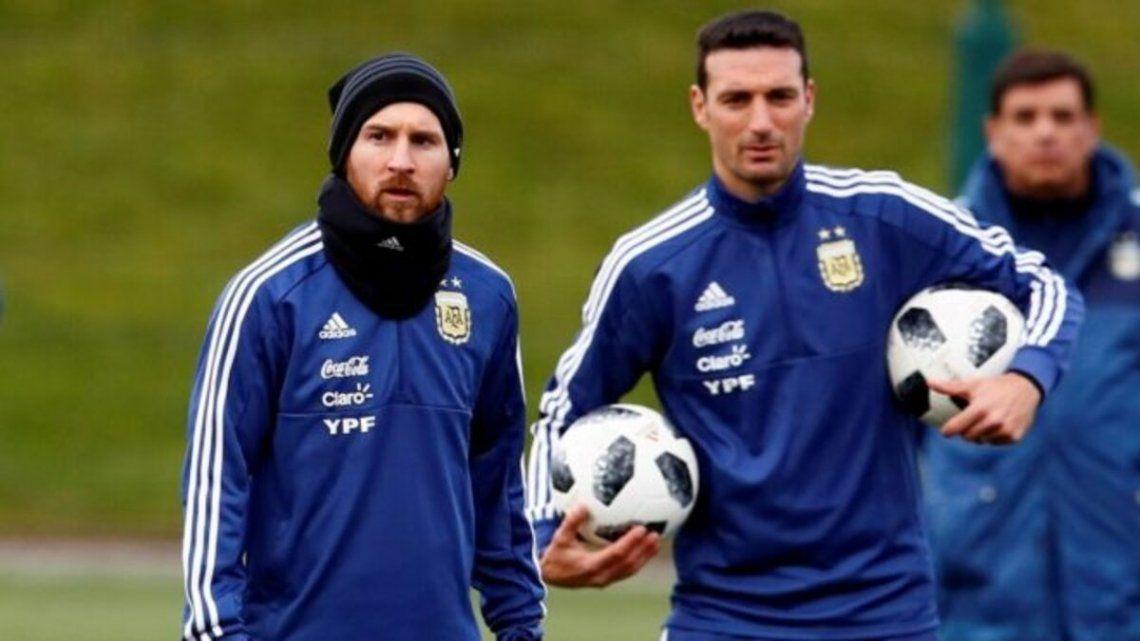 Lionel Scaloni espera por sus futbolistas en Ezeiza.