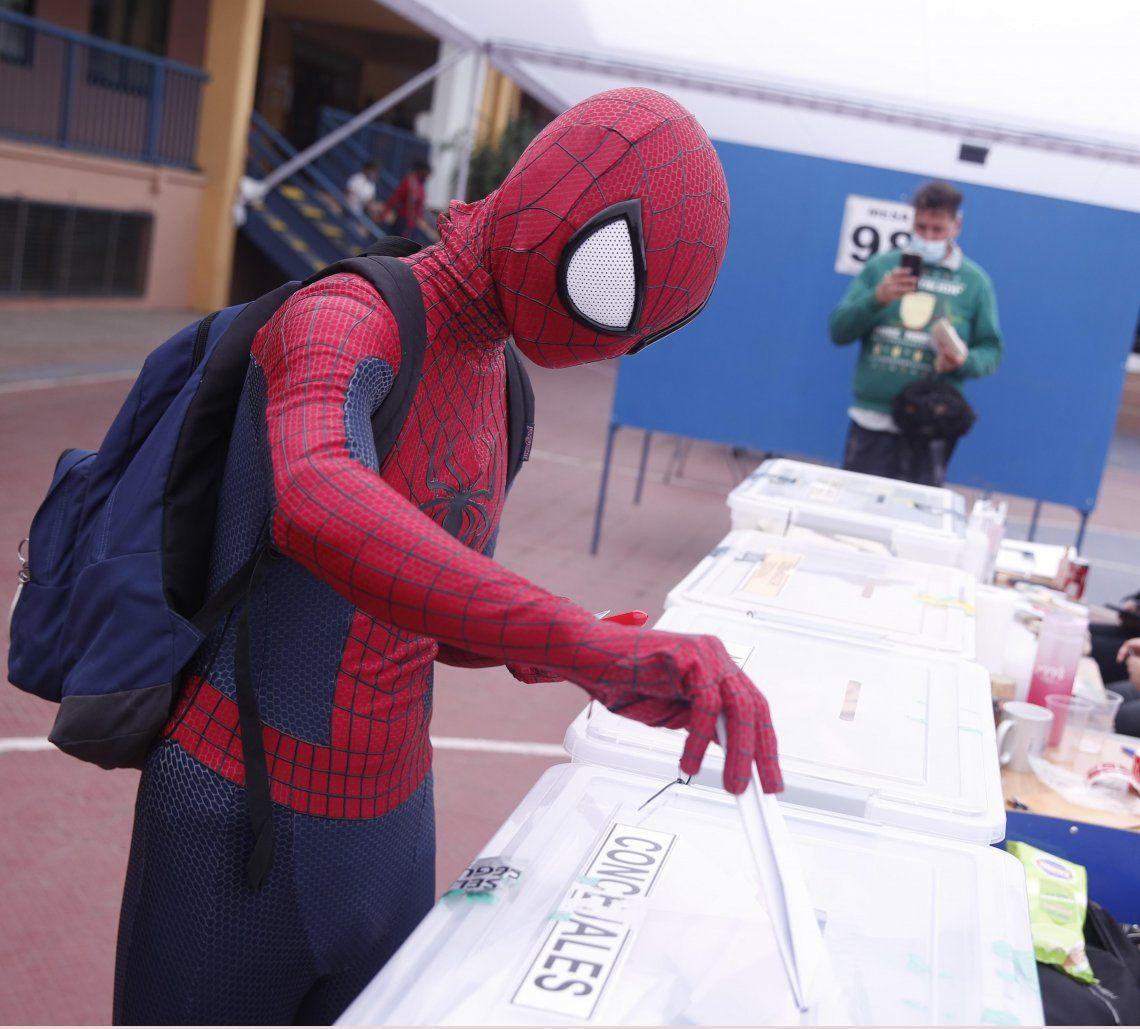 Hasta el Hombre Araña fue a votar en Santiago de Chile.