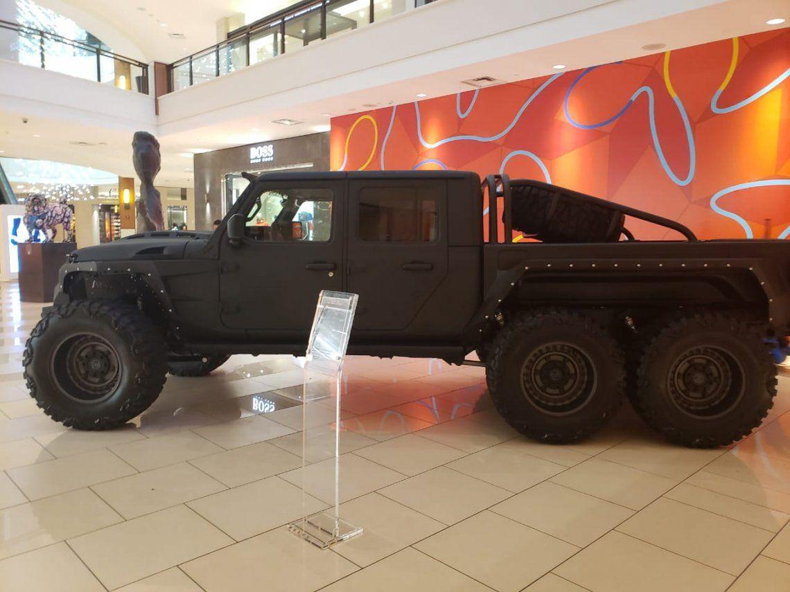 Miami: En Avedntura Mall se exhibe el vehículo 6x6 pára enfrentar el fin del mundo