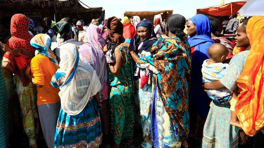 Refugiados de Etiopía que huyeron de la región de Tigray en un campamento en Kassala
