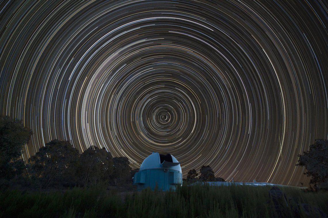 Los rastros de estrellas registran el movimiento aparente de las estrellas debido a la rotación de la Tierra y