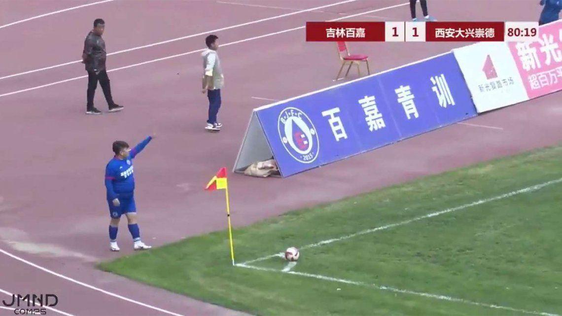 Empresario chino compra equipo de futbol y obliga al DT a poner a su hijo de 126kg.