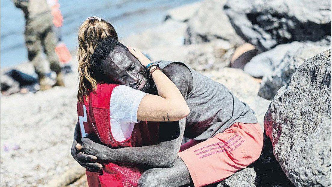 España: una joven abraza a un migrante en Ceuta.