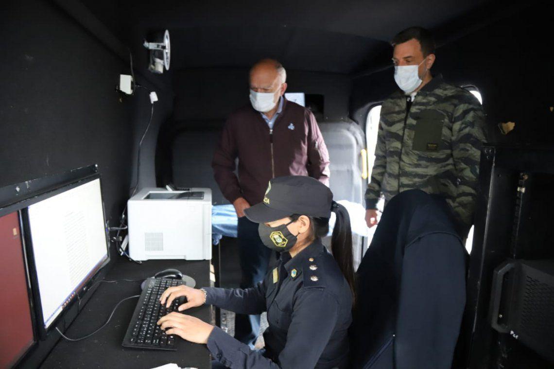 Grindetti presentó una comisaría móvil que recorrerá las calles de Lanús