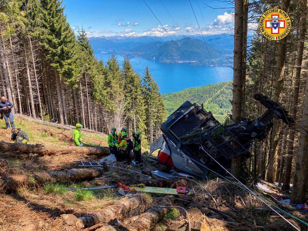 El teleférico cayó en un escampado cerca de pinos próximo a la cima del Monte Mottarone