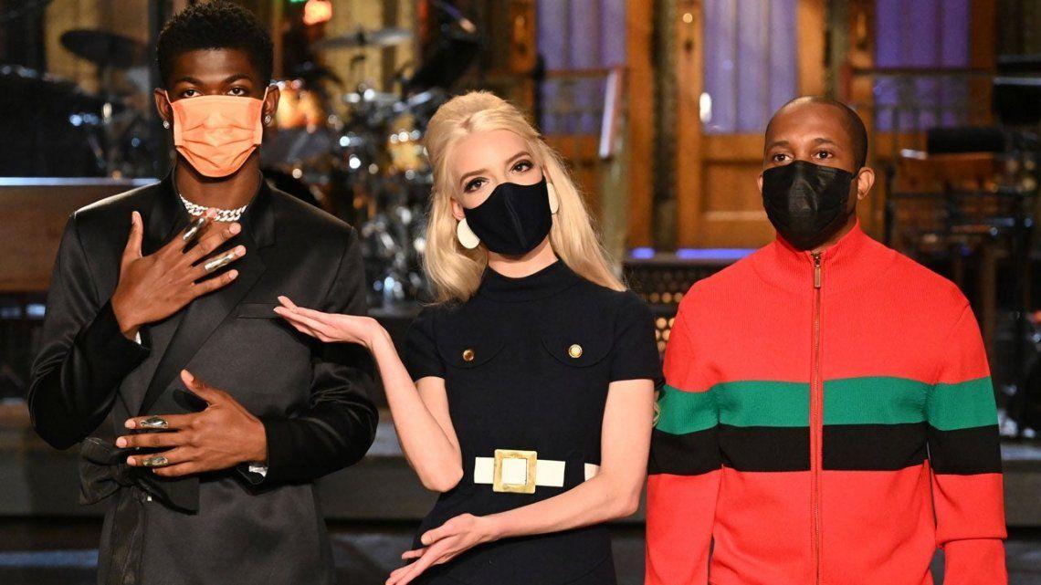 Anya Taylor-Joy (centro) acompañada por el invitado musical Lil Nas X (izquierda) y Chris Redd
