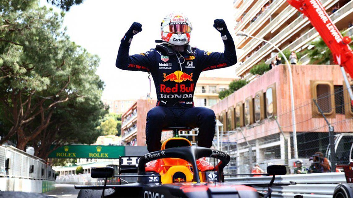 El piloto oriundo de Holanda Max Verstappencelebra en su auto tras ganar el Gran Premio de Mónaco de Fórmula 1.