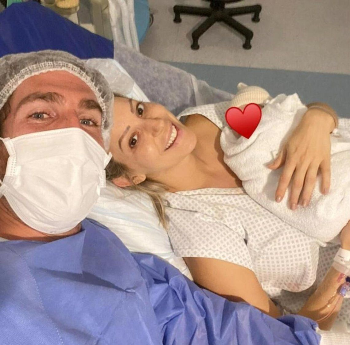 Noelia Marzol junto a su esposo Ramiro Arias luego de dar a luz a su primer hijo juntos.