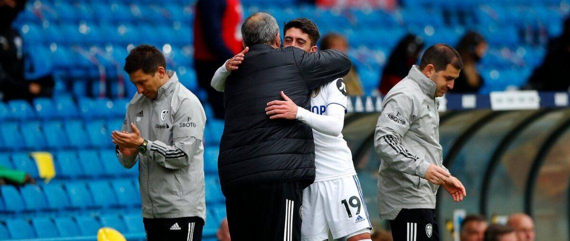 Bielsa se abraza con Pablo Hernández