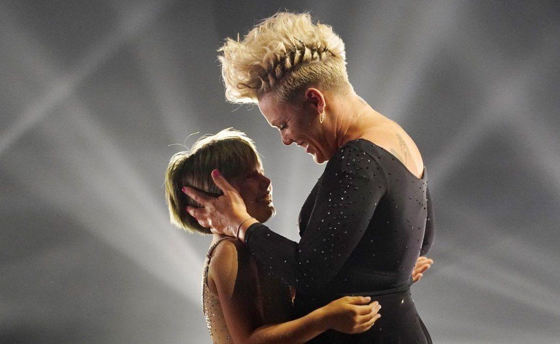 La cantante Pink junto a su hija Willow en uno de las presentaciones más emocionantes de los Billboard Music Awards.