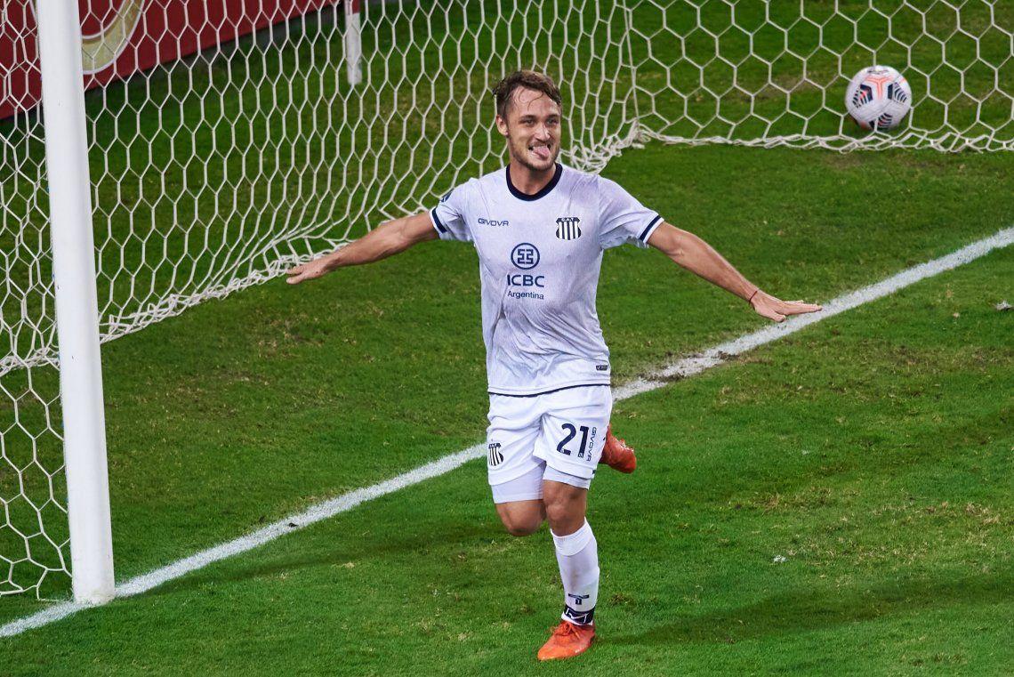Ángelo Martino festeja el tercer gol de Talleres que se despidió con una goleada