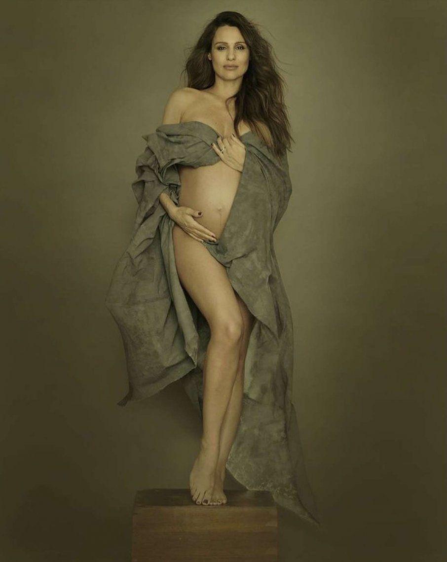 Pampita posó muy sexy a punto de ser mamá
