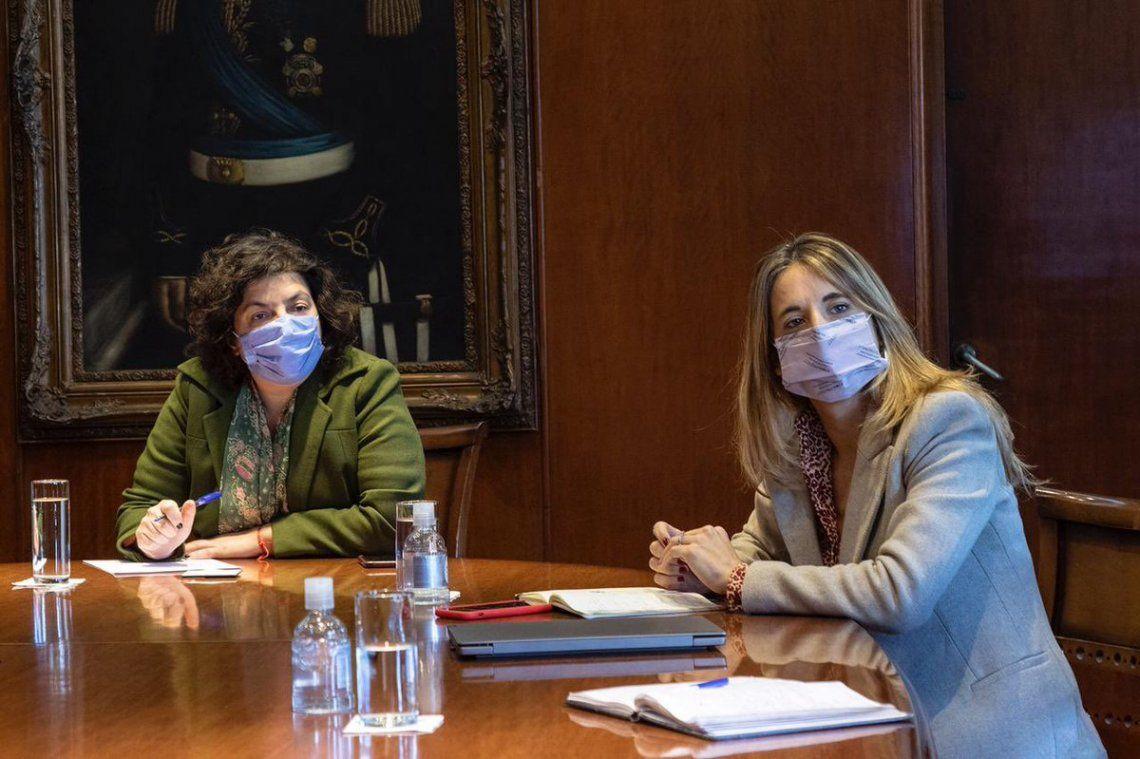 Cecilia Nicolini junto a la ministra de Salud Carla Vizzotti.
