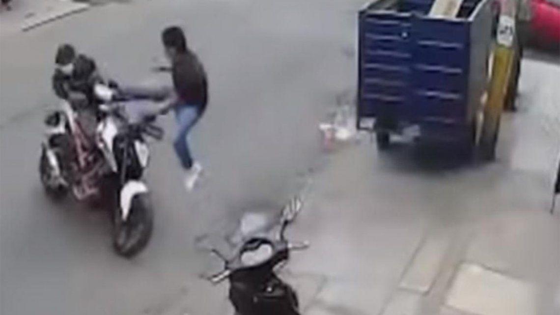 Perú: un hombre evitó que le roben la moto con una patada voladora.