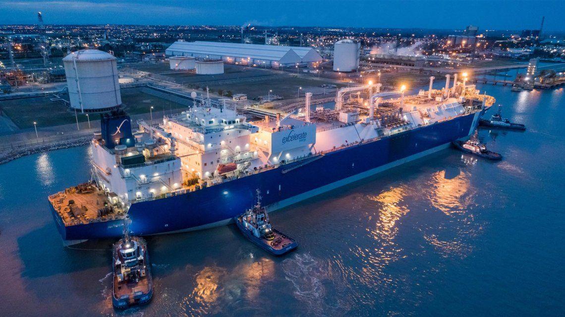 El buque está amarrado en la terminal de la empresa Mega
