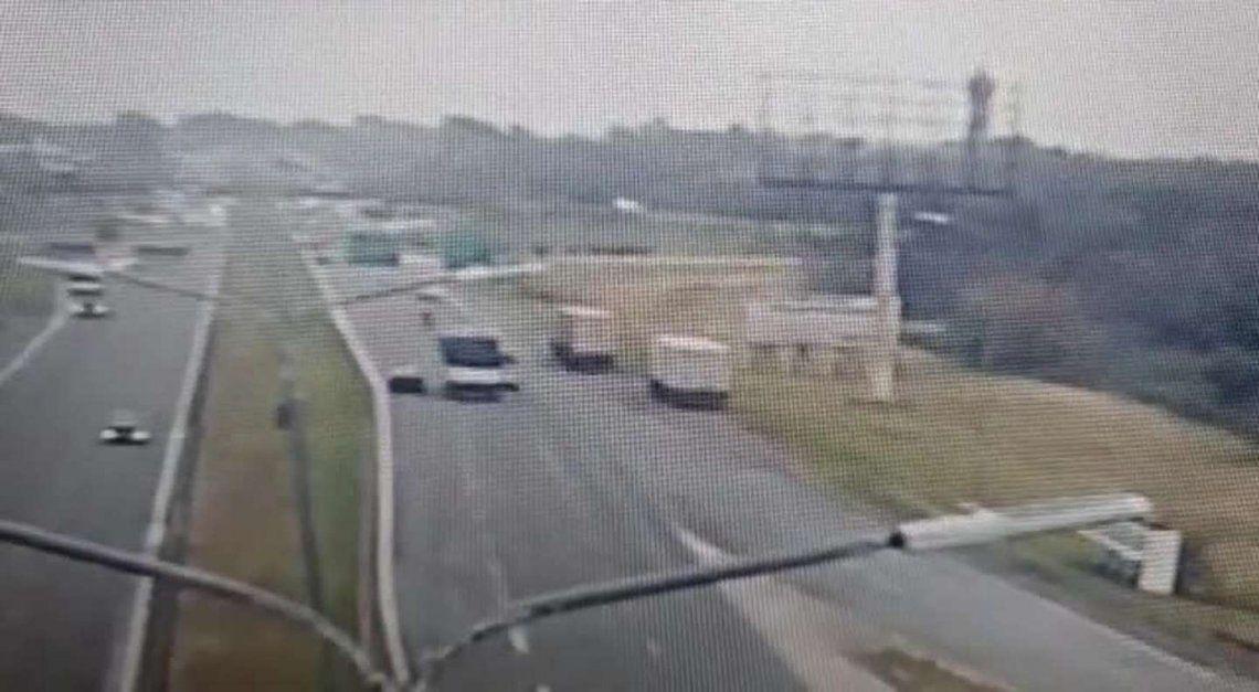 El trágico accidente quedó grabado en las cámaras de la autopista.