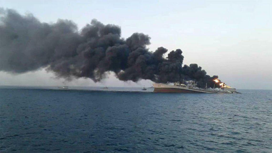 Irán: Incendio y hundimiento de un barco de su Armada.