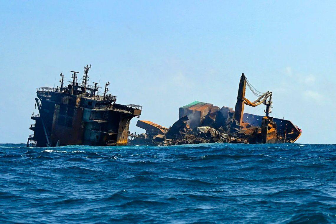 En fotos: alerta por el hundimiento de un barco con productos químicos en Sri Lanka