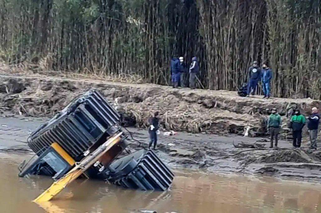 La flamante retroexcavadora del municipio de Ensenada quedó bajo el agua el primer día de trabajo.